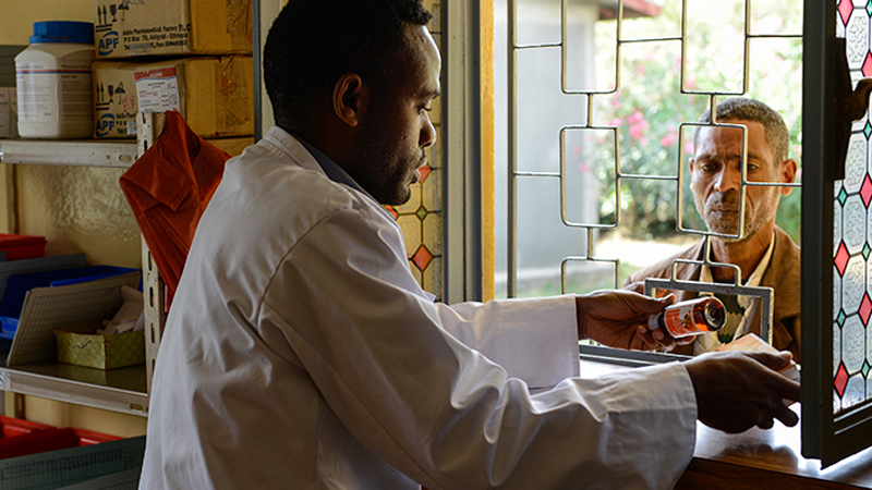 Apotheker in Äthiopien bei der Medikamentenausgabe