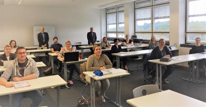UfG Studienanfänger*innen mit Studiengangsleitung Herrn Prof. Dr. Robert Ott (l., stehend) und Dozent Herrn Prof. Dr. Gerhard Mayr (r., stehend) in der ersten Vorlesung am 2. Oktober 2020