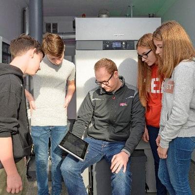 Ein Betrieb bewirbt sich bei Schülern