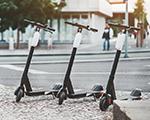 Drei E-Scooter am Strassenrand