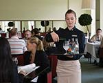 Schülerin als Kellnerin im Restaurant