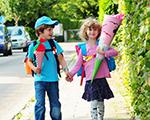 Schulanfänger auf dem Weg zur Schule