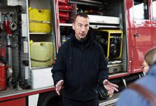 Ralf Schuppa erklärt die Ausrüstung eines Tanklöschfahrzeuges. Foto: Stefan Heinze