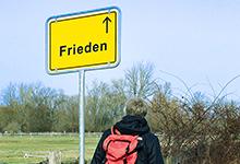 Pastor Lutz Krügener auf dem Weg zum Frieden. Foto: © Susanne Ruge, Montage: Heike Körber/HkD