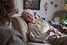 Eine Ehrenamtliche des ambulanten Hospizdienstes besucht eine Angehörige. Foto: Stefan Heinze