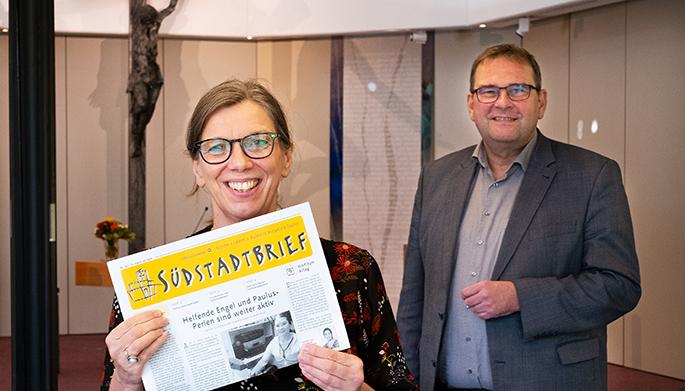 Die Grafik-Desigenerin Katrin Härtel und Pastor Matthias Paul freuen sich über den zweiten Platz im Gemeindebrief-Wettbewerb. Foto: Stefan Heinze