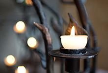 Der Kerzenglanz kommt mit den Gottesdiensten virtuell ins Haus. Foto: Inna Rempel/Landeskirche Hannovers