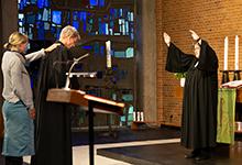 Superintendentin Sabine Preuschoff und Pastorin Anna Walpuski segnen Pastor Axel Kawalla für sein neues Amt. Foto: Stefan Heinze