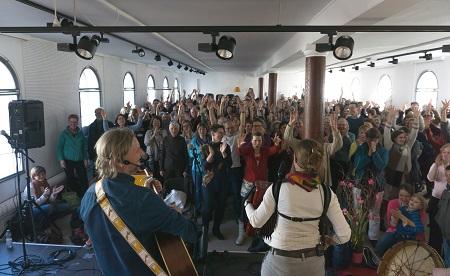 Abschluss-Singen in der Malerschule mit Karin und Thomas Jüchter (Foto: Emil Jüchter)
