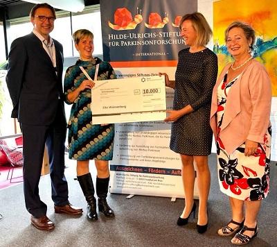 Symbolische Übergabe des Stiftungspreises: Anton Bonnländer, Stephanie Heinze, Elke Wünnenberg, Vera Kimmig (v.l.)