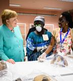 Bundeskanzlerin Angela Merkel beim Besuch des Nationalmuseums für Anthropologie in der Restaurationswerkstatt