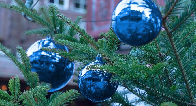 Tannenbaum mit Kugeln (bearbeitetes Foto; Quelle: Pixabay, marcelkessler)