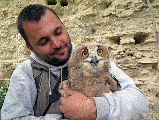 Milan Ružić, passionierter Vogelschützer und Geschäftsführer von BPSSS in Serbien, mit einem Uhu © BPSSS