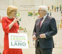 Bundesministerin Julia Klöckner und Bundespräsident Frank-Walter Steinmeier zum Aktionsbündnis am BMEL-Messestand