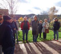 Teilnehmer vor der Alten Schule in Spanbeck