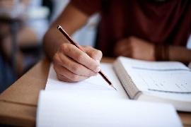 Handschriftliches bearbeiten von Aufgaben aus einem Buch.