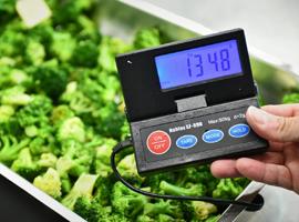 Brokkoli in Waageschale mit Messgerät. Foto: VZ NRW Mathias Kehren