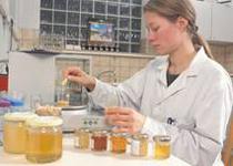 Laborkontrolle eines Lebensmittels. / Foto: Dominic Menzler, BLE